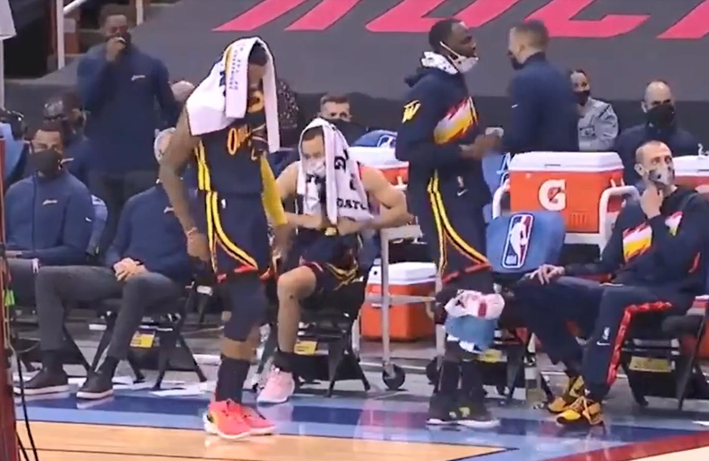勝利的喜悅!Bazemore和追夢綠場邊大秀舞姿,Curry坐著一起扭動