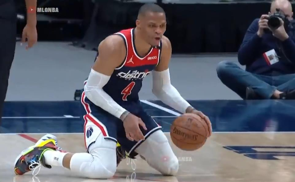 Westbrook發動快攻卻不慎摔倒,雙膝跪地後假裝運球被裁判識破!