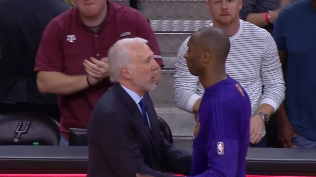 Kobe退役季造訪馬刺主場,比賽一結束他就跑過去與Popovich擁抱致敬!