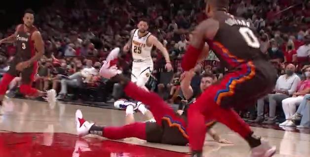 NBA最佳助攻:小李運球摔倒,Nurkic倒地拼搶控制球權