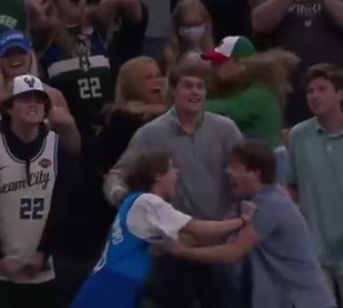 不知道的以為打起來了!Brown上籃不進後,公鹿兩位球迷互相拽著手臂慶祝了起來