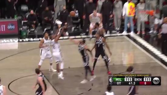 延長賽關鍵時刻,Lopez關鍵封蓋杜蘭特上籃,隨後Middleton翻身跳投命中致勝兩分