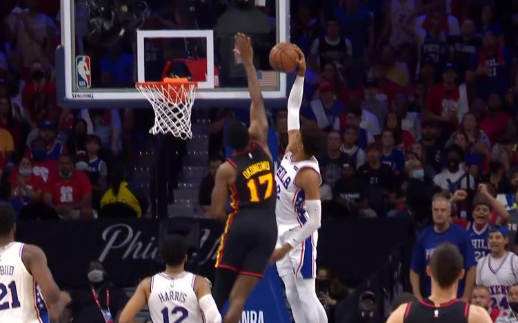NBA今日五佳球:Booker和Bridges反擊二人轉,Young手術刀妙傳!