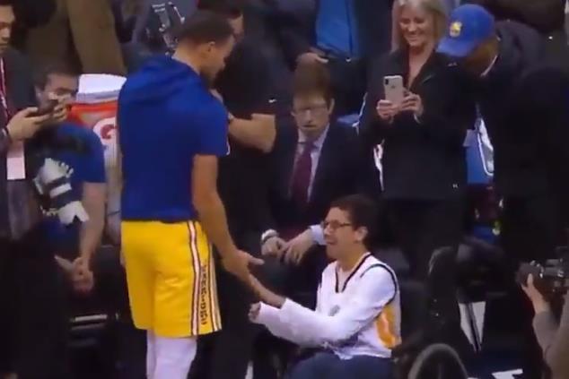 This is why we play!Curry賽前與「殘疾人」球迷互動,送他簽名並鼓勵他打籃球!