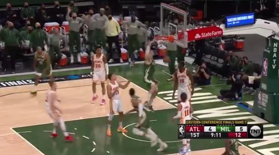 公鹿隊打出精彩配合,多次傳導球之後,由字母哥助攻Lopez單臂灌籃得手。