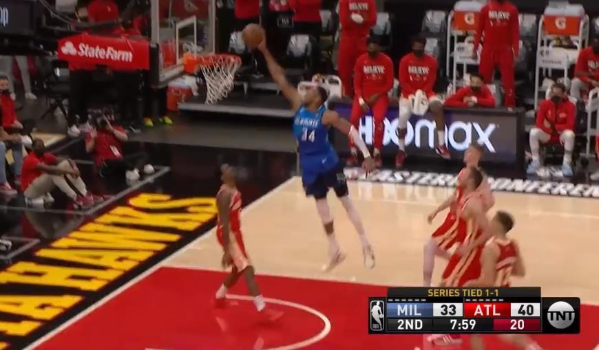 NBA今日五佳球:字母哥舉火燒天飛扣Lou,回擊超遠三分