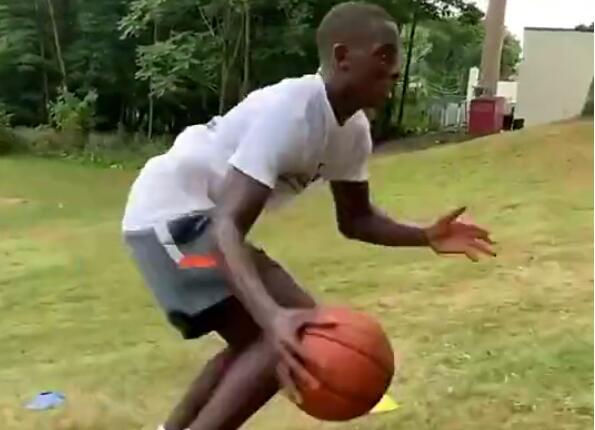 有點猛了!草地上運球運成這樣你可以嗎?