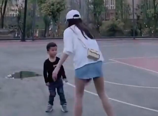 小朋友:這個阿姨又搶我球!