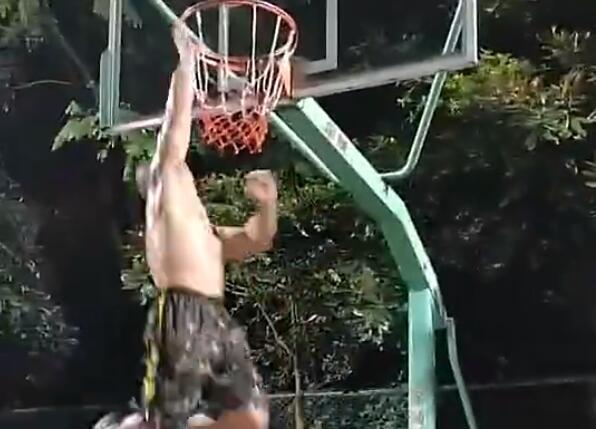 肌肉猛男的彈跳真是厲害