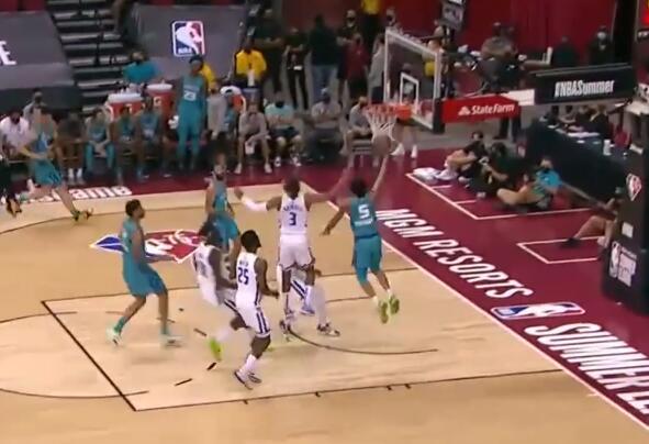 08.10夏季聯賽速遞:Bouknight搶到籃板直接發動快攻反擊,加速突破一條龍上籃得手