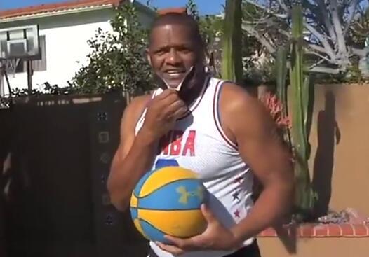 寶刀不老!65歲老人的灌籃