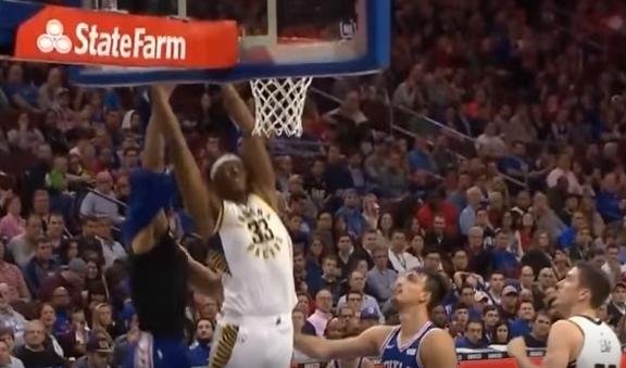 【影片】球衣又被撕破了,這次程度更離譜,Simmons沖裁判抱怨:這都沒哨?