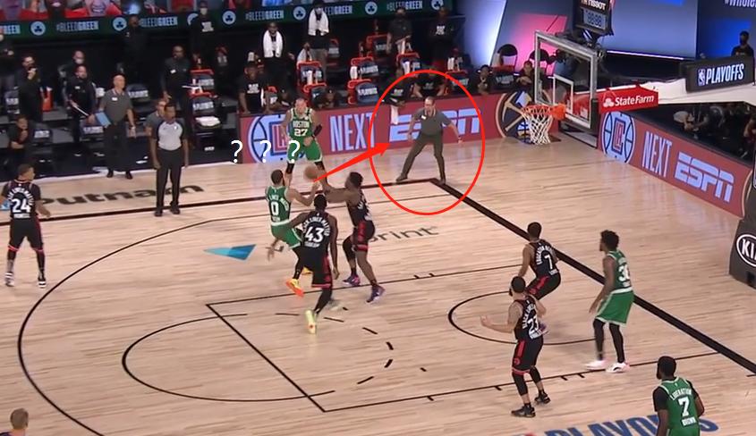 【影片】Tatum也懵圈了!Tatum:底角站了個人,我傳…TMD,怎麼是對方教練!
