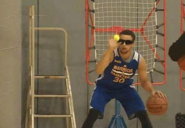 Curry蒙眼接網球,厄文踩籃球練平衡,這些奇特的NBA訓練你聽過幾個?