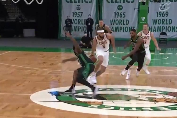 【影片】預定十佳球!McGee一條龍胯下秀翻四名防守者,舉火燒天劈扣!把Walker都看樂了!-黑特籃球-NBA新聞影音圖片分享社區