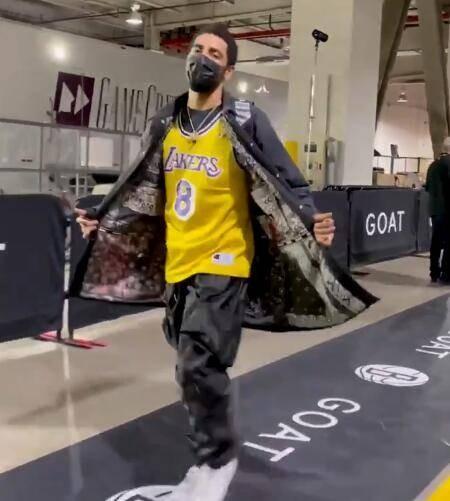 致敬偶像!厄文今日穿科比8號球衣走進球館:你們知道我在致敬誰!-黑特籃球-NBA新聞影音圖片分享社區