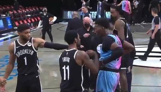【影片】你們早就被盯上了!厄文和Adebayo賽後想要交換球衣,被安保人員及時制止!-黑特籃球-NBA新聞影音圖片分享社區