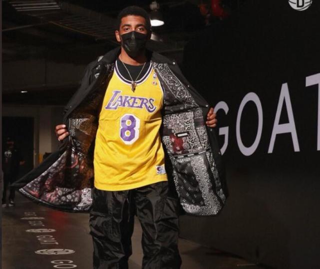 致敬!厄文穿科比的8號球衣進場,向記者撩衣:你們知道我在致敬誰!-黑特籃球-NBA新聞影音圖片分享社區